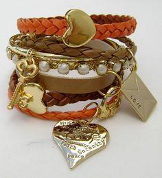 Mix com 7 pulseiras em couro e strass com penduricalhos diversos. R$49,90
