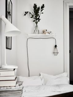 Minimalistic white bedroom with greens and books // Minimalistisches Schlafzimmer in Weiß mit Büchern