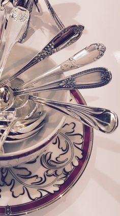 ChezArgenterie d'Antan, vous trouverez des cuillères à café et thé, enparfait état, dans différents styles : Louis XIV, Louis XV, Louis XVI, Napoléon III, art-nouveau, art-déco, contemporain… à partir de 6€ pièce, poinçon carré garantissant la meilleure qualité de métal argenté jusqu'à 40€ pièce, en argent massif, poinçon minerve, 1er titre ancien 950/000. Vous pourrezEn savoir plus surcuillères à café-diverses et variées-en métal argenté- argent massif- à partir de 6€ pièce[...]