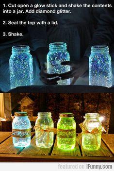 Ein tolles DIY für wunderschöne Leuchtgläser aka Fairies in a Jar. Meine Empfehlung: Dickere Knicklichter oder größere Gläser nehmen. Sonst lässt sich der Leuchtinhalt schlecht ins Glas bringen.