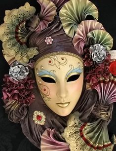Image discovered by Find images and videos about mascara, mask and venice on We Heart It - the app to get lost in what you love. Venetian Carnival Masks, Carnival Of Venice, Venetian Masquerade, Masquerade Ball, Mascara Papel Mache, Venitian Mask, Memes Arte, Costume Venitien, Venice Mask