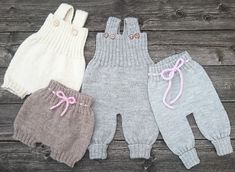 BAGGY BABY Strikkeopskrift Overalls, bukser, bloomers & romber i én ByAmstrup Knit Baby Pants, Baggy Pants, Crochet Baby Boots, Knitted Baby Clothes, Baby Leggings, Baby Sweater Knitting Pattern, Baby Knitting Patterns, Baby Clothes Patterns, Baby Patterns
