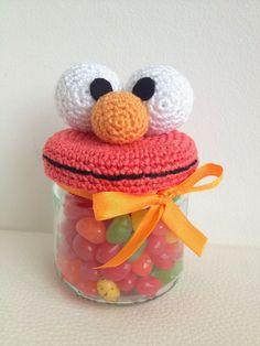 Free crochet pattern for Elmo jar lid cover (en alemán) Crochet Food, Crochet Kitchen, Knit Or Crochet, Crochet Gifts, Crochet Dolls, Amigurumi Patterns, Crochet Patterns, Crochet Pacifier Holder, Elmo