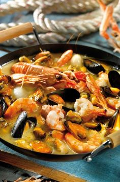 1 kg of mussels ½ glass of dry white wine 16 langoustines 1 onion 3 cloves of garlic 1 tsp. of Cognac 1 bouquet garni ½ bunch of tarragon 2 tbsp. Seafood Dishes, Fish And Seafood, Seafood Recipes, Healthy Dinner Recipes, Low Carb Recipes, Great Recipes, Crockpot Recipes, Cooking Recipes, Dinners To Make