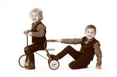 Zotte broertjes op bezoek in de fotostudio. #kinder #kinderfotografie #fotografie #fiets #kinderfotograafpatrick