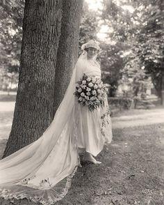 Hace tiempo escribimos un post sobre vestidos de novia vintage  y hablamos de las características entre las distintas décadas, desde entonc...