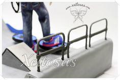 Fofucho personalizado con vaqueros, patín, casco y zapatillas adidas. El decorado es una pista de skate en forma de U.  Todos mis trabajos están registrados con todos los derechos reservados por lo que no está permitida su copia.   www.xeitosas.com