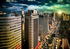 E moldurada pela Serra do Curral, a capital mineira surpreende quem espera encontrar uma versão em maior escala dos provincianos vilarejos de Minas. Belo Horizonte é uma metrópole de trânsito confuso e quase 2,5 milhões de habitantes.