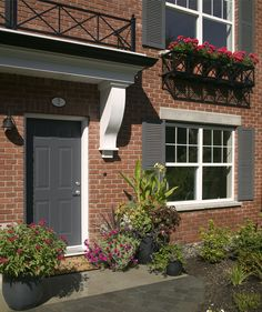 Planting different color flowers is the only way to make your small yard stand out. #smallyard #frontdoor