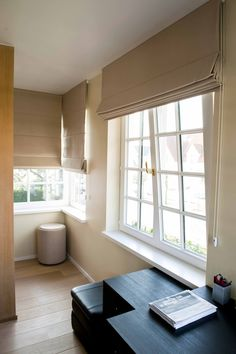 U kunt kiezen voor vouwgordijnen in textiel met een dikke stof die minder zon en licht doorlaat en warmte-isolerend werkt. Ideaal voor in de slaapkamer.