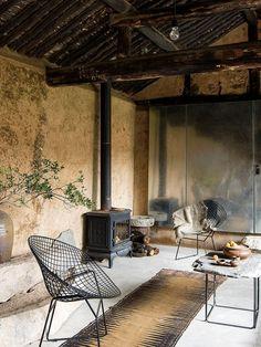 C'est dans un petit village proche de Pékin, en Chine, que cette maison abandonnée a été restaurée en droite ligne avec la philosophie du wabi-sabi, par Christian Taeubert + Sun Min. Les arch…