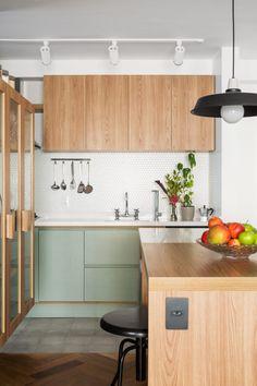 Tons pastéis: 70 ideias para te inspirar a decorar ambientes (FOTOS) Kitchen Dinning, Kitchen Sets, Home Decor Kitchen, Interior Design Kitchen, New Kitchen, Home Kitchens, Kitchen Tools, Green Kitchen, Modern Retro Kitchen
