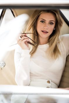 Lili Reinhart is so pretty! I'm so happy Bughead is real 😍 Divas, Isabelle Huppert, Betty Cooper Riverdale, Riverdale Betty, Blond, Betty & Veronica, Lili Reinhart And Cole Sprouse, Pretty People, Beautiful People
