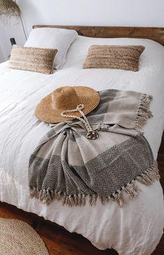 Plaid kaki et beige en coton recyclé fait main — CARNET SAUVAGE Bohemian Decoration, Comforters, Throw Pillows, Blanket, Bed, Home, Handmade, Cotton, Flowers