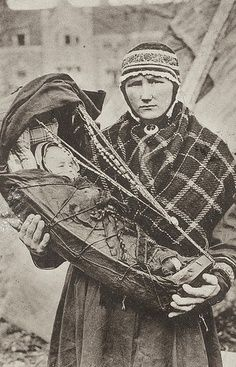 This woman is sapmi / sami woman from Finnish Lapland. Helsinki, History Of Finland, Scandinavian Countries, Lappland, People Of The World, First Nations, World Cultures, Baby Wearing, Old Photos
