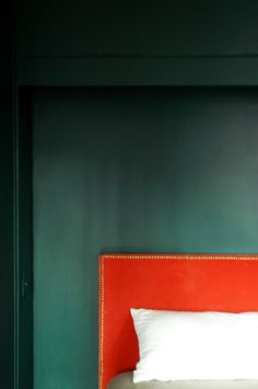 Master inspiration: Benjamin Moores Bavarian Forest (walls) and that wonderful coral velvet headboard