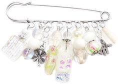 Grote broche speld met diverse witte kralen waaronder ook glaskralen uit eigen atelier!