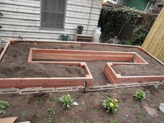 Raised garden beds are easy on your back and will give your plants good drainage and generally better soil quality. By building this U-shaped garden bed, you'll also get easier access to all your plan Design Jardin, Garden Design, Raised Garden Beds, Raised Beds, Raised Gardens, Raised Planter, Outdoor Projects, Garden Projects, Diy Projects