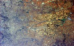 在外星人的视角看地球:神秘壮观震撼如果真有外星人,从浩瀚宇宙的某个角落看地球,地球是什么样子呢?我们不妨换个角度,就好似国际空间站宇航员俯拍的地球,比之地球上的景象,更添神秘美丽,壮观至极。    图片中呈现的是美国中西部的灌溉区,圈圈的图案很有古老蜡染的韵味。也有人说这像是豆豆组成的画面,于地球而言,真是壮阔之余不乏可�