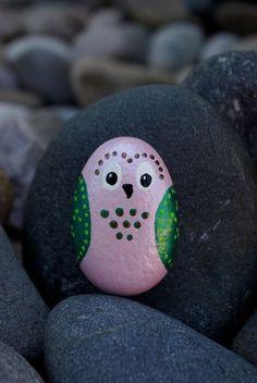 un hibou en rose et vert réalisé sur un galet décoratif, idée pour un bricolage enfant plein d'imagination