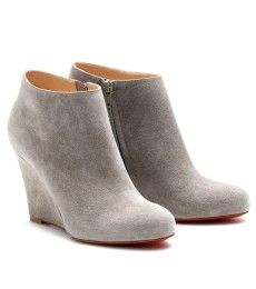 BELLE ZEPPA 85 SUEDE WEDGES  Grey suede wedged ankle boots. Inside zipper. Rounded toe. Leather insole and signature red leather soles.