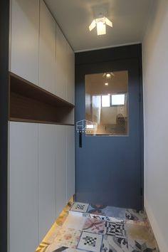 인천 간석 2동에 위치한 25평 빌라 인테리어입니다~ 전체적으로 심플한 화이트 톤의 자재로 마감을 하여, ... Door Entryway, Corner House, Life Is Good, Entrance, Kitchen Cabinets, Living Room, Interior Design, Mirror, Bathroom