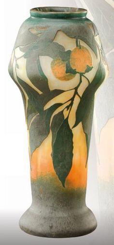 DAUM NANCY Vase à talon plat et col bulbeux étranglé en verre doublé à décor dégagé à l'acide de fleurs d'orangers vertes et oranges sur fond opaque. Signé «Daum Nancy». Vers 1900. H: 30 cm - Aguttes - 13/04/2012