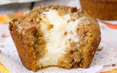Carrot Cheesecake Muffins - these soft carrot muffins have a big cheesecake center and pecans on top. Perfect recipe to make for breakfast or afternoon snack. Pate A Muffins, Carrot Cake Muffins, Carrot Cheesecake, Biscuits Graham, Breakfast Cake, Breakfast Muffins, Breakfast Recipes, Eating Carrots, Sweet Carrot