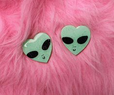 """cryybabies: """" pink ALIEN glitter heart brooches xo """" Take me to your leader! These cute lil alien buddies will keep you company on any of your future space adventures! Kitsch, Grunge Tumblr, Pastel Punk, Space Grunge, Alien Girl, Alien Queen, Cute Alien, Accel World, Favim"""