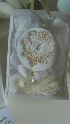 Linda lembrancinha para qualquer ocasião, aniversário,bodas, maternidade, batizado.Caixa branca (14x11cm) dentro uma mandala de mdf (8cm) com o Divino e atrás a oração do Espírito Santo.Personalizamos em outro estilo e cores também.