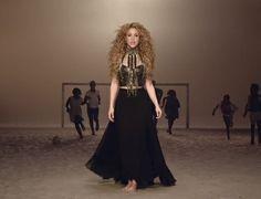"""Saiu o novo vídeo da SHAKIRA """"La La La (Brazil 2014)"""" com Carlinhos Brown! A canção faz parte do álbum"""