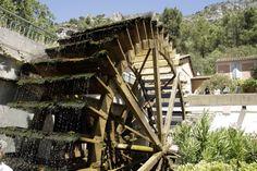 Het waterrad van de papiermolen in Sorgue-Fontaine-de-Vaucluse Provence, Vans, Cabin, House Styles, Van, Cabins, Cottage, Wooden Houses, Aix En Provence