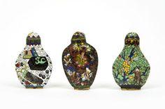Trois flacons tabatières (Snuff bottle) en émaux cloisonnés polychromes - Enchères en ligne | Piasa