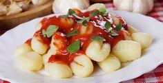 Nhoque de Batatas Tradicional  - ovo, farinha de trigo peneirada, sal, batata cozida, com casca | Esprema as batatas com um espremedor em ...