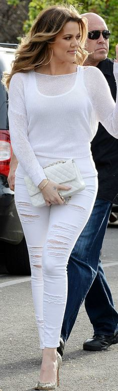 Who made  Khloe Kardashian's white quilted handbag, gold jewelry, and ripped skinny jeans?