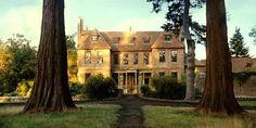 orgueil et Préjugés   Longbourn (la maison des Bennet) est en fait Groombridge Place dans le village de Tunbridge Wells, dans le Kent. La construction actuelle remonte à la fin du XVIIème siècle.  Les jardins sont ouverts aux visiteurs.