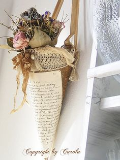 It looks like a lovely inspiration of a Tussie Mussie to me. Who wouldn't like this special treat on Valentine's or May Day? Easter Crafts, Christmas Crafts, Christmas Ornaments, Diy And Crafts, Arts And Crafts, Paper Cones, Vintage Crafts, Home And Deco, Altered Art
