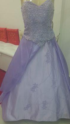 Vestido de Debutante com o corpete todo na pedraria e, frente da saia bordada na pedra.