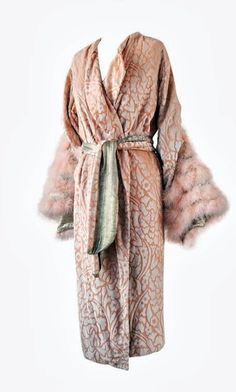 Dressing Gown - - Printed silk Velvet with Marabou. How extravagant was it to have fur on dressing gowns? 20s Fashion, Fashion Mode, Art Deco Fashion, Fashion History, Vintage Fashion, Classic Fashion, Look Vintage, Vintage Mode, Vintage Beauty
