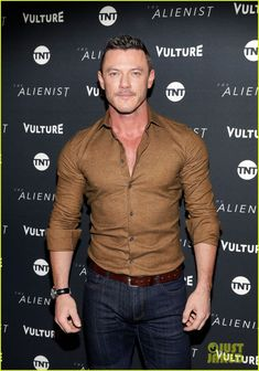 Luke Evans Looks Sexy in Form-Fitting Button-Down at Sundance Photo Daniel Bruhl, Dakota Fanning, and Luke Evans meet up at the premiere of their new TNT series The Alienist during the 2018 Sundance Film Festival on Friday (January… Stylish Men, Men Casual, Festival T Shirts, Film Festival, Hommes Sexy, Luke Evans, Hot Actors, Famous Men, Attractive Men