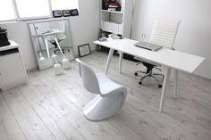 Nuestro cliente Hugo decoro su espacio con colores blancos que favorecen a la gran iluminación que tiene en su oficina. Un espacio moderno con su silla de Escritorio del diseñador Charles Eames y como silla de visita la silla Verner Panton.