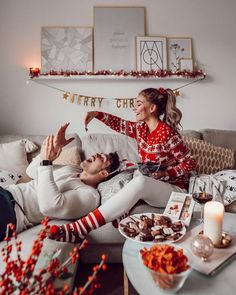 christmas photoshoot Essentially warm Christmas sweaters make you happier beautiful Christmas sweaters Christmas Couple, Christmas Mood, Couple Christmas Pictures, Christmas Fashion, Family Christmas Photos, Couples Christmas Sweaters, Christmas Tumblr, Matching Christmas Pajamas, Instagram Christmas