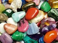 Heilsteine können auf verschiedene Arten eingesetzt werden: u.a. gehört das Tragen, Auflegen, Meditation mit Heilsteinen und Nutzung eines Steinkreises dazu