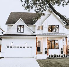 What are your thoughts on this white modern farmhouse style exterior? Style At Home, Houses Architecture, Farmhouse Architecture, Dream House Exterior, Home Exterior Design, Home Exteriors, Interior Design, White House Exteriors, White Siding House