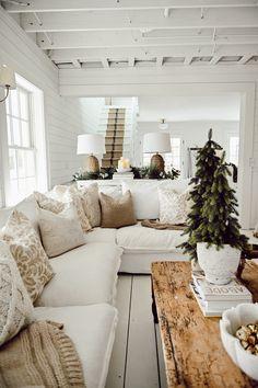 Cozy Living Rooms, Home Living Room, Living Room Decor, Home Interior, Interior Design, Cozy Sofa, Decor Scandinavian, Scandinavian Christmas, Neutral Pillows
