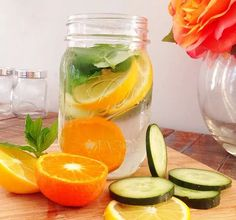 1-Para preparar nuestras agua detox podemos usar, limón, pepino, lima, menta y hierbabuena, lo mejor de todo es que si no te gustan los pepinos puedes remplazarlo por naranjas, manzana, arándanos, fresas o frambuesas, como ves hay diferentes opciones. A continuación les hablare de lo que más me gusta, los beneficios que pueden ofrecernos estos ingredientes, por ejemplo si usamos hierbabuena esta ayuda a agilizar la digestión y aliviar los gases, el pepino tiene unas propiedades…