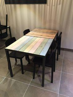 Leuke tafeltjes met stalen frame voor een visrestaurant in Brasschaat, België! - #staal #stalen #onderstel #frame #blad #tafel #hout #sloophout #eiken #douglas #oudhout #stoer #industrieel #interieur #meubel