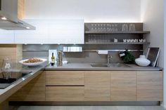 armoires de cuisine en bois et blanc sans poignées et crédence taupe