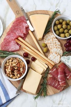 25 BEST Appetizers to Serve for Holiday Party Entertaining! The Perfect Meat and Cheese Tray, 25 Best Appetizers to Serve Cheese And Cracker Tray, Meat And Cheese Tray, Meat Trays, Meat Platter, Food Platters, Simple Cheese Platter, Cheese Platter How To Make A, Cheese Knife, Plateau Charcuterie