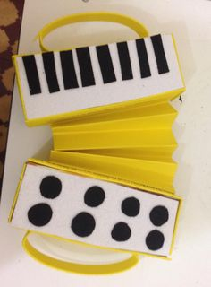 Olha que amor essa sanfoninha feita com caixas de suco, papel cartão e emborrachado (E.V.A)   Foram confeccionadas junto com as crianças ...